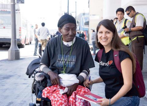 Rose Broome, medgrundare av donationssajten HandUp, här med Georgia – en av de många hemlösa i San Francisco som har fått ekonomisk hjälp genom sajten. Bild: Handup
