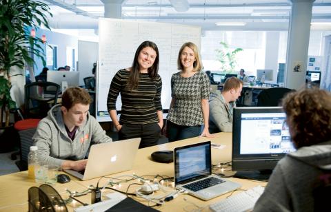 Julie Lein och Clara Brenner, i den öppna kontorsmiljön på Tumml – en företagsinkubator för startups i San Francisco som arbetar med att lösa urbana problem.  Bild: Tumml