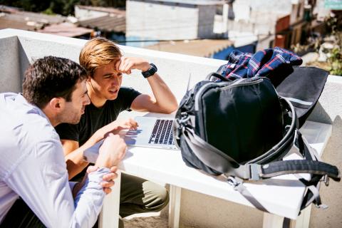 """Chase Adam (till höger) är grundare av Watsi, en San Francisco-baserad crowdsourcing-tjänst för sjukvård i tredje världen. Han ser """"tech for good"""" som en naturlig utveckling av IT-branschen.  Bild: Watsi"""