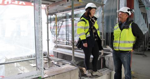Caroline Johansson och Ola Cederqvist vid en av de ljusgårdar som ska ge arbetsplatserna dagsljus även mitt i huset. Bild: Hanna Strömbom