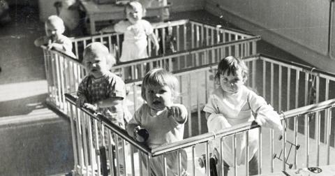 """""""Vidkärrs barnhem finns inte längre, men denna ständiga försummelse av föräldralösa barn i Sverige verkar aldrig få ett slut"""", skriver Arefeh Behbakht.  Bild: Göteborgs stadsmusems utställning Barnhamsbarn."""