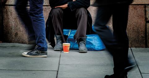 Det är inte tiggandet som är problemet, utan att det finns fattigdom och brist på arbetstillfällen vilket tvingar folk att tigga för att överleva. Sådant går inte att lösa med tiggeriförbud, skriver Anders Svensson. Bild: Stian Lysberg Solum/NTB/TT