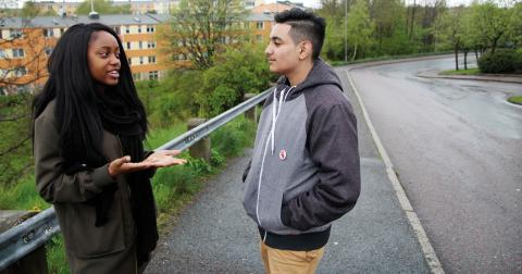 """""""Det har hänt flera gånger att det kommer  någon och man tycker det är jobbigt. Fast det kan vara en kompis, din syster eller din bror för du ser inte"""" säger Nayma om utemiljön  i Tynnered.  Bild: Hanna Strömbom"""
