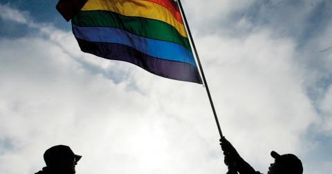"""""""Hur ska vi kunna bekämpa Putin och hans antigay-lagar när inte ens en vanlig helylle-svensk kommun kan hissa en enkel prideflagga?"""", skriver debattören Madelen. Bild: Marcio Jose Sanchez/AP/TT"""