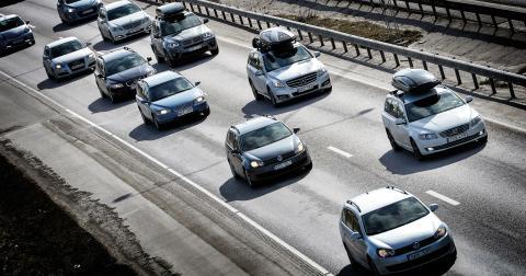 I Sverige har vi tydligt sett konsekvenserna när städer växt genom att breda ut sig: anpassningen till bilismen leder till ökade avstånd och centralisering, skriver Alrik Altvall. Bild: Anders Wiklund/TT