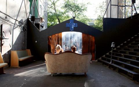 Din lesbiska trädgård – en soundwalk där publiken får kliva in i sitt lesbiska alterego och uppleva en lesbisk klubbkväll. Bild: Linn Henriksson