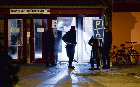 En av sprängningarna skedde utanför en kommunal lokal på Hålsjögatan. Polisen har inga misstänkta och oron ökar bland invånarna i Malmö. Anders Schönström, som är politiskt ansvarig för säkerheten i Malmö, säger att tålamodet nu är slut.  Bild: Johan Nilsson/TT