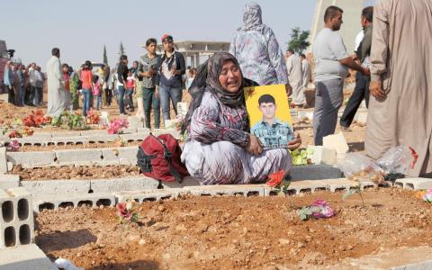 Dödsoffren i massakern var så många att begravningsplatsen i Kobane fått byggas ut. På en minnesdag fylls den av sörjande anhöriga. Bild: Joakim Medin