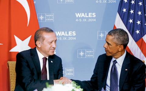 Turkiska presidenten Recep Tayyip Erdogan och USA:s president Barack Obama skakar hand under NATO-mötet i Wales 2014. Bild: Charles Dharapak/AP