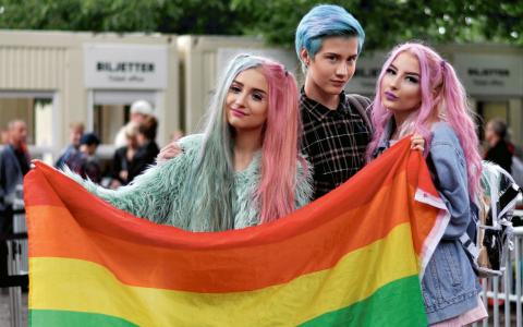 """Silvia Saed, Stockholm, Oscar Landgren, Södertälje, Lydia Peraza, Stockholm. """"Det bästa med Pride är att man får träffa så många som inte passar i normen. Men det är inte bara en fest utan en politisk kamp"""", säger Lydia Peraza. Bild: Amanda Horne"""
