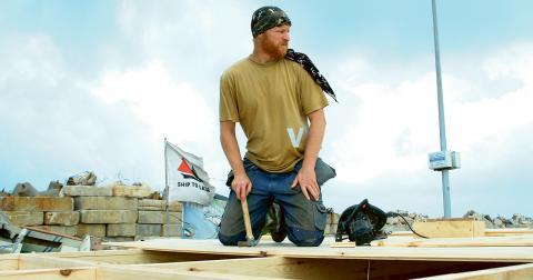 Charlie Andreasson på plats i Gazas hamn, byggandes den trålare som skulle försöka spränga blockaden inifrån.  Bild: Awni Farhat