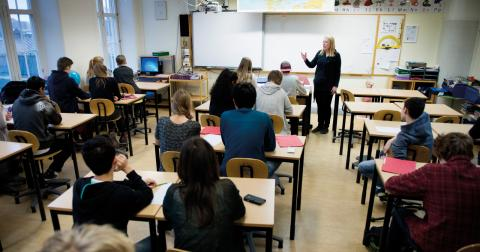 """""""Lärarförbundet har länge varnat för en annalkande lärarkris i Sverige. Den är redan här och värre kommer det att bli om inte fler lockas till yrket."""" Bild: Jessica Gow/TT"""