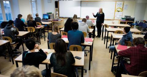 """""""Lärarförbundet har länge varnat för en annalkande lärarkris i Sverige. Den är redan här och värre kommer det att bli om inte fler lockas till yrket."""" Bild: Joesica Gow/TT"""