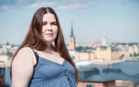 Lotti Törnros är aktuell med radioserien Fetmaland i Sveriges radio där hon agerar berättare med utgångspunkt i egna erfarenheter om livet som överviktig. Bild: Sara Lundin/SR