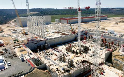 Om några år kommer Iter-anläggningen i sydfranska Cadarache vara klar. Här förbereds för en Tokamak, som alltså är själva behållaren där fusionen ska ske. Tokamaken kommer att väga över 20 000 ton.  Bild: Press