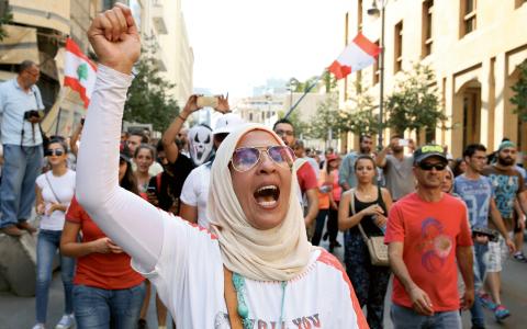 Beirutbor visar sitt missnöje med Libanons regering.  Bild: Bilal Hussein/AP