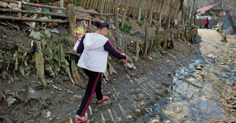I byn Pauleasca utanför Pitesti bor en del av de romer som kommer till Sverige för att tigga. Bild: Jessica Gow/TT