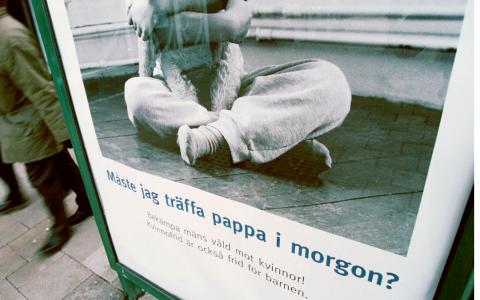 Operation kvinnofrids affischskampanj från år 2000 om män som misshandlar kvinnor. Bild: Henrik Montgomery/TT