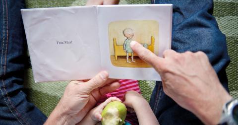 Föräldrar som läser för sina barn – om så bara femton minuter per dag – ger barnet en bättre språkutveckling och större möjligheter för skolframgång. Barnet känner sig viktigt och lässtunden leder till gemensamma skratt eller kanske samtal om svåra frågor Bild: Jessica Gow/TT