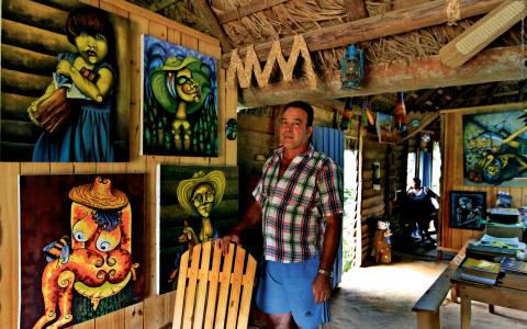Konstnären Miguel Antonio Remedios i sitt hem, som även är galleri och en utställningslokal där turister ges chansen att besöka ett för trakten traditionellt hus. Bild: Jorge Luis Baños/IPS