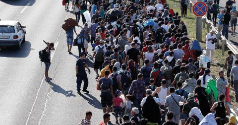 Flyktingar utanför Budapest, Ungern.  Bild: Frank Augstein/AP/TT