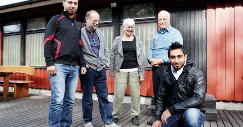 """""""Vi är ingen stor organisation, men alla pengarna går direkt till CYC"""", säger Nestor Verdinelli (näst längst till vänster) som också  besökt Shatila. Här tillsammans med Mohamed Ahmad, Eva Hammad, Abu Moujahed och Alaa Ali. Bild: Hanna Strömbom"""
