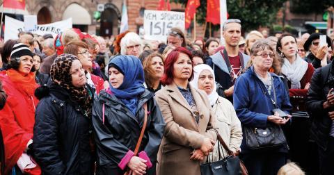 Människor på plats när över 40 organisationer i Malmö arrangerar en manifestation för ett humant flyktingmottagande med start på Stortorget i Malmö den 13 september 2015. Bild: Stig-Åke Jönsson/ TT