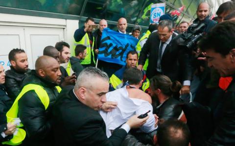 Cheferna tvingades fly från Air Frances huvudkontor efter hårdföra protester från facket mot nedskärningar. Bild: Jacques Brinon/AP