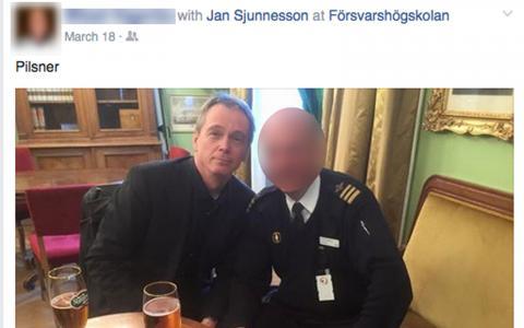Här dricker SD-profilen Jan Sjunnesson öl tillsammans med överstelöjtanten inne på Försvarshögskolan. Bild: Faksimil