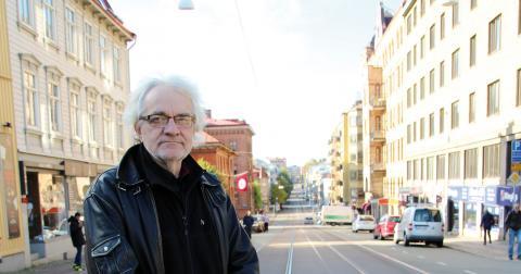 """""""Det är skönt att ha filmat färdigt. Det har varit tungt de senaste åren av olika skäl"""", säger Bo Harringer. Nu planerar han fotoutställningar, bland annat från gamla Angeredsteatern där han var fotograf i sju år.   Bild: Hanna Strömbom"""