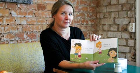 """Caroline Röstlund är aktuell som illustratör av nya barnboken """"Konrad och karamellerna"""". Caroline arbetar medvetet med miljö, genus och mångfald i sina bilder. Bild: Christian Egefur"""