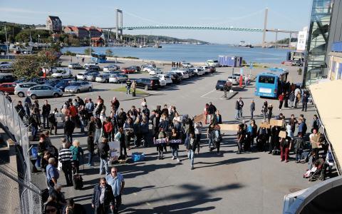 Ideella välkomnar nyanlända flyktingar till Göteborg. Shadiye Heydari och Mattias Jonsson (S) menar att de ideella krafterna inte står ensamma.  Bild: Adam Ihse/TT