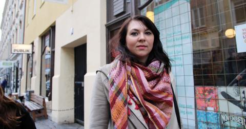 Frida Tånghag utanför Vänsterpartiets lokaler på Andra Långgatan. Bild: Hanna Strömbom