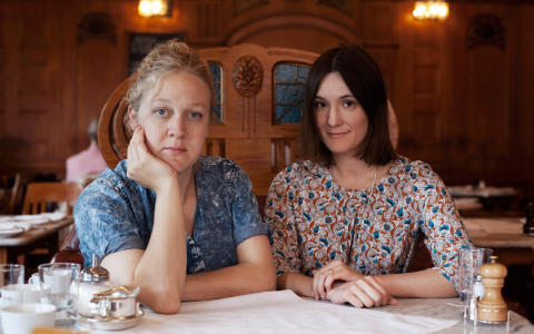 """Idén till boken """"Som hon drack: kvinnor, alkohol och frigörelse """"kom till Jenny Damberg och Lisa Wiklund när de just satt och drack. Bild: Sofia Runasdotter"""