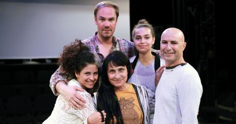 Teaterensemblen bestående av David Weiss, Hanna Dawit, Fikret Çeşmeli, Furat Jari och Susan Taslimi.  Bild: Christian Egefur