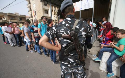 Syriska flyktingar köar utanför tyska ambassaden i Libanon. Bild: Hussein Malla