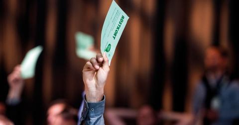 Centerpartiets stämmodeltagare röstar om NATO efter debatten om utrikes- och försvarsfrågor när Centerpartiet håller partistämma i Falun. Foto: Pontus Lundahl /TT