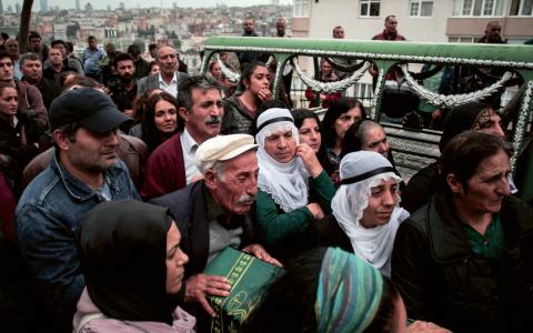 35-årige Sarigul Tuylu dödades i lördagens bombdåd i Ankara. Här ses hans sörjande familj under begravningen på söndagen.  Bild: Cagdas Erdogan/AP/TT
