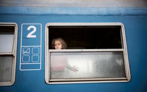 Ett tåg med 2 600 flyktingar från Syrien och Afghanistan rullar in i den ungerska gränsstaden Hegyeshalom. Sedan väntar tre kilometers fotvandring över gränsen till Nickelsdorf i Österrike. Därefter buss till Wien. Bild: Donald Boström