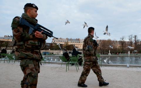 Franska soldater patrullerar i Paris efter terrorattacken. Bild: Francois Mori/AP