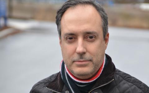 Socialdemokraten Pedro Bentancour Garin kom själv som flykting till Sverige 1977.  –Därför är det svårt för mig att vara med och begränsa möjligheterna för andra att komma hit, säger han. Bild: Privat