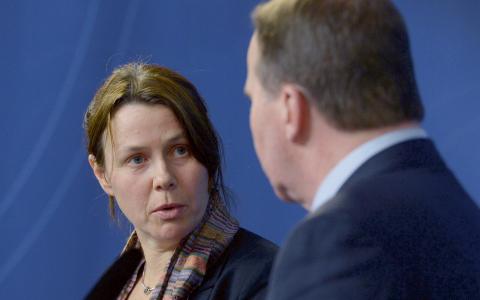 Det var en darrande Åsa Romson som försvarade regeringens nya åtstramningar i flyktingpolitiken. Bild: Janerik Henriksson/TT