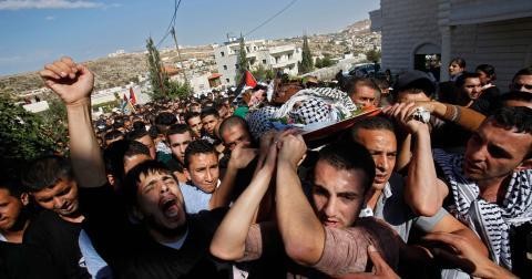 Palestinier sörjer under en begravning vid Västbanken i november 2015. Mannen som begravs är anklagad av den israeliska armén för att ha knivhuggit en israel innan han sköts till döds. Bild: Nasser Shiyoukhi/TT