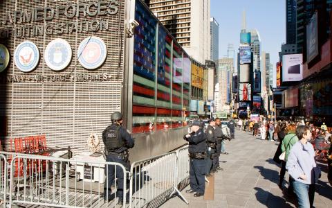 Polisnärvaron har trappats upp på Times Square och andra turisttäta platser i New York efter ISIS attacker i Paris. Men enligt FBI finns inget trovärdigt terrorhot mot USA. Bild: Jonas Cullberg