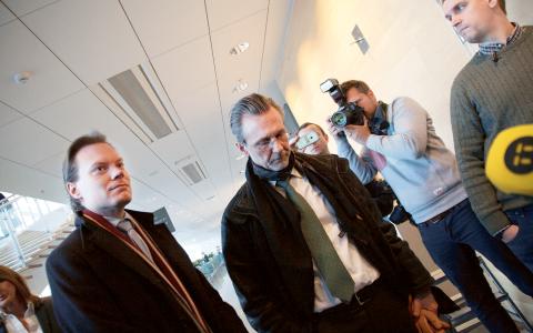 Martin Kinnunen (SD) tillsammans med sin advokat Thomas Olsson utanför rättegångssalen. Bild: Sam Linderoth