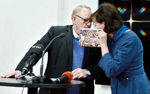 Inget att dölja? Kommunals före detta kassör Anders Bergström och Kommunals ordförande Annelie Nordström under en presskonferens.  Bild: Claudio Bresciani/TT