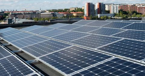 Minska kommunens energikostnad genom att montera en stor solcellsanläggning på taket till det befintliga kommunalhuset, tycker insändaren. Bild: Fredrik Sandberg/TT