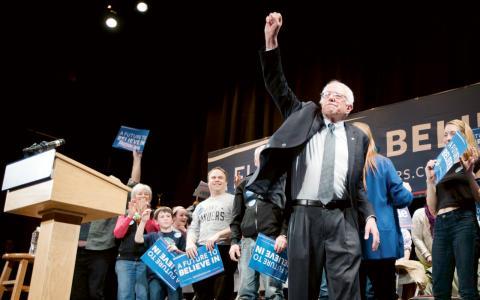 """Bernie Sanders lovar ett sjukvårdssystem av skandinavisk modell kallat """"single-payer-system"""" där alla har rätt till det statliga systemet och där det inte är nödvändigt att teckna privata sjukförsäkringar. Bild: John Minchillo/AP/TT"""