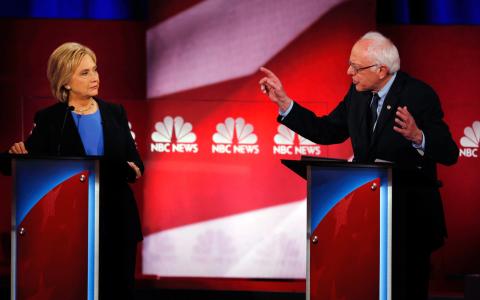 Det börjar hetta till i debatten mellan Hillary Clinton och Bernie Sanders. Här syns de båda under en tv-debatt i amerikansk tv för ett par veckor sedan. Bild: Mic Smith/AP