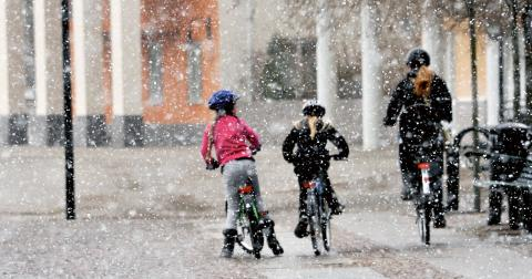 Örebro kommun prioriterar redan cyklisterna under vintern, skriver debattörerna.  Bild: Hasse Holmberg/TT
